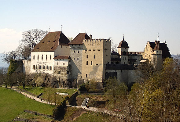 """Lenzburg schloss"". Lizenziert unter CC BY-SA 3.0 über Wikimedia Commons - https://commons.wikimedia.org/wiki/File:Lenzburg_schloss.jpg#/media/File:Lenzburg_schloss.jpg"